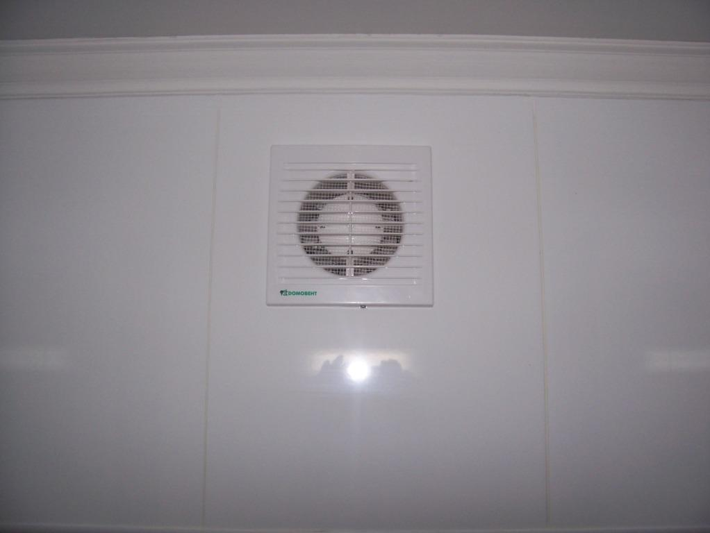 Вентилятор на вентканале в ванной