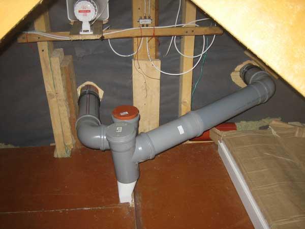Фановую вентиляцию можно сделать из пластика, присоединив к чугунной системе