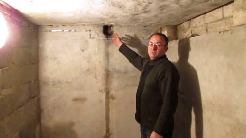 Элементарная вытяжка - продушина в стене