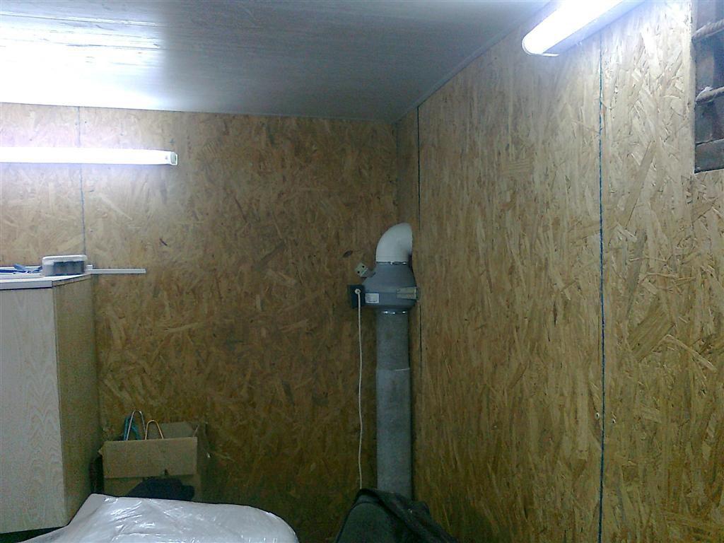 Вентканал в углу гаража с принудительной вытяжкой