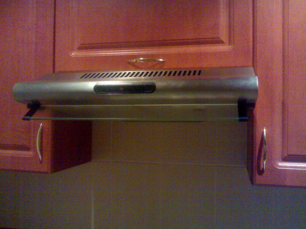 Вытяжка спрятана в кухонный шкаф