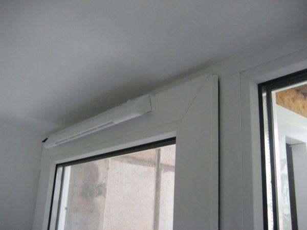 Клапан на окне ПВХ в закрытом виде