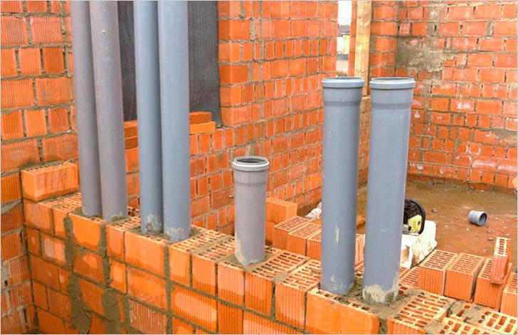 Пластиковые трубы практически не оказывают механической нагрузки на несущие конструкции строения