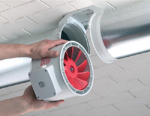 Если вентилятор в схеме изначально, то его монтировать несложно