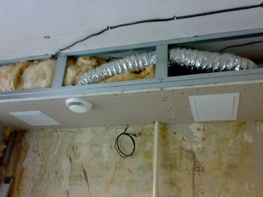 Вентканалы прячутся в потолочных коробах , также как и в дизайнерских потолках