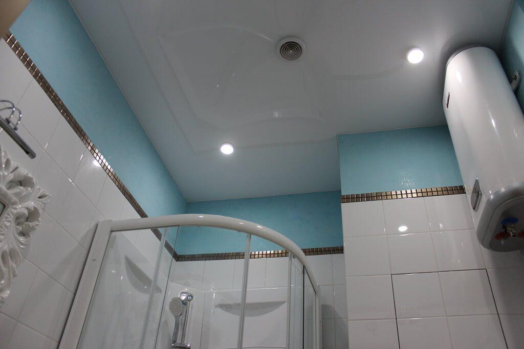 Вентканал в натяжном потолке ванной