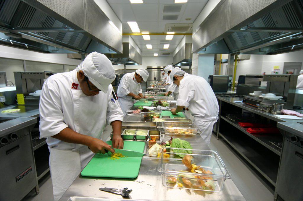 Вентиляция не должна быть направлена на работников кухни