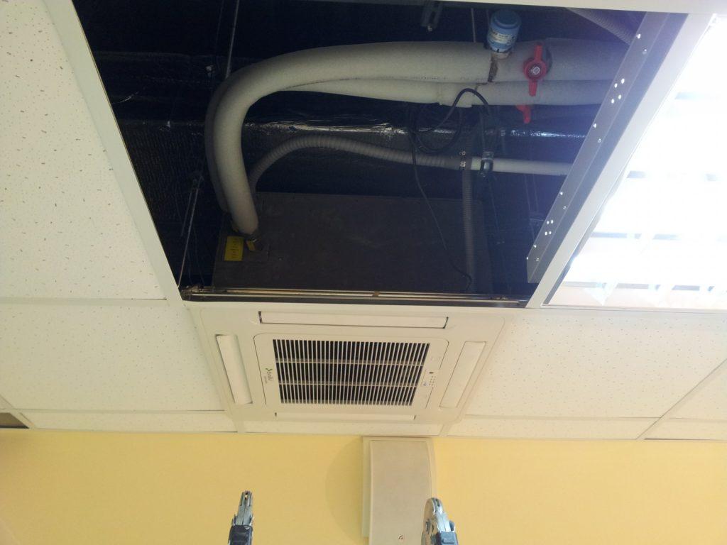 Воздуховоды вентиляции спрятаны за декоративной потолочной облицовкой