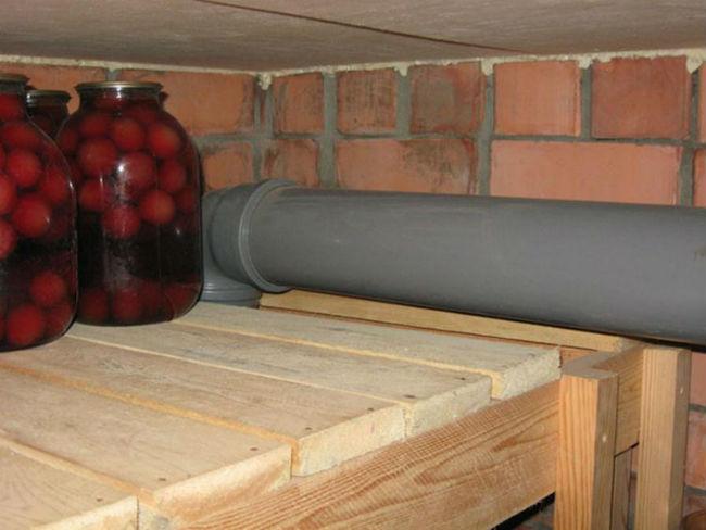 Вентиляционная труба в подвале